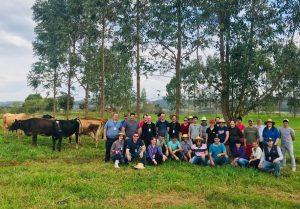 Famílias do Extremo Oeste participam de encontro sobre produção leiteira