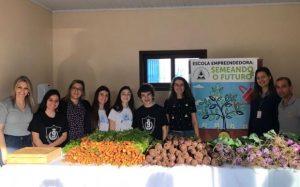 Alunos de Içara vendem produtos de horta escolar orgânica