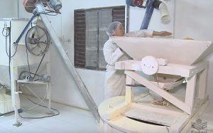 Moinho de pedra: família aposta na produção da tradicional farinha de milho