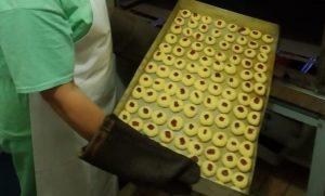 Mulheres do presídio de Itajaí aprendem a fazer biscoitos artesanais