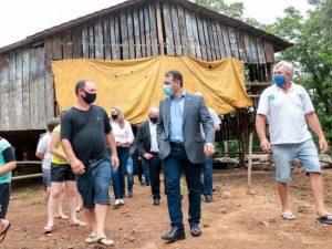 Read more about the article Governador Carlos Moisés conhece propriedade rural no Oeste em expansão com uso de cisternas